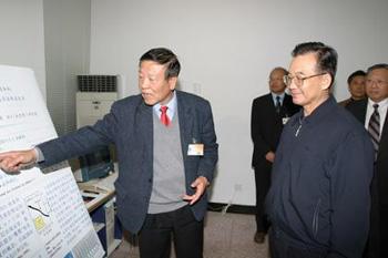 2004年中共中央政治局常委国务院总理温家宝与赵忠贤院士进行交流