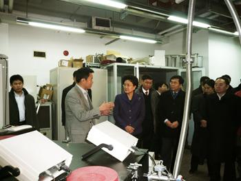 2009年1月22日中共中央政治局委员国务委员刘延东参观周兴江研究组的光电子能谱实验室